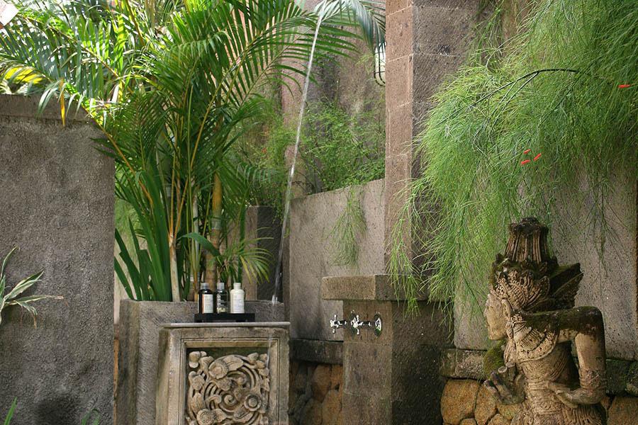 Des-Indes-I-Outdoor-shower-at-Pavilion-2-_1