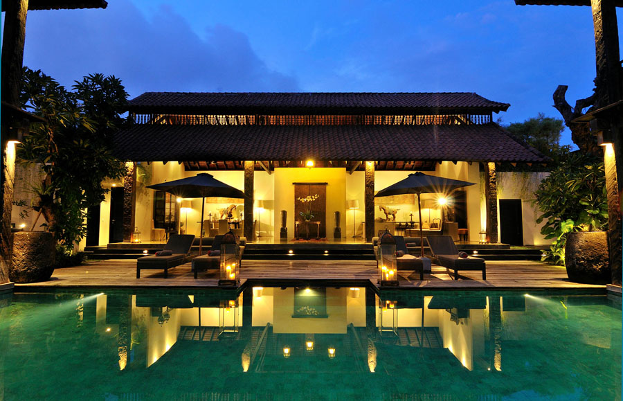 villa-desuma-pool-and-living-area-lit-up-at-night