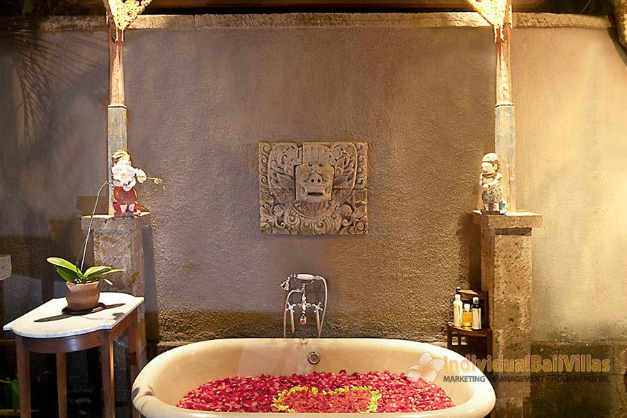Des-Indes-I-Outdoor-bathtub-at-Pavilion-3-