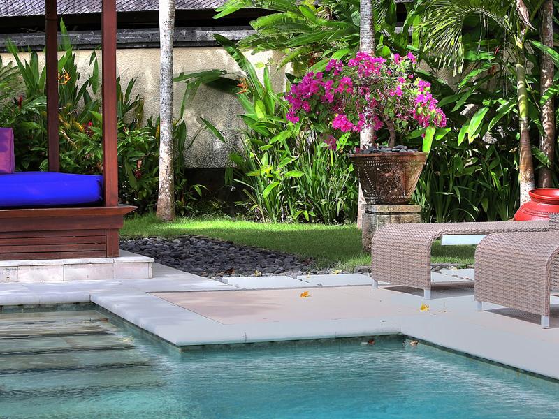 villa-indah-manis-bulan-madu-pool-sun-lounger-bale