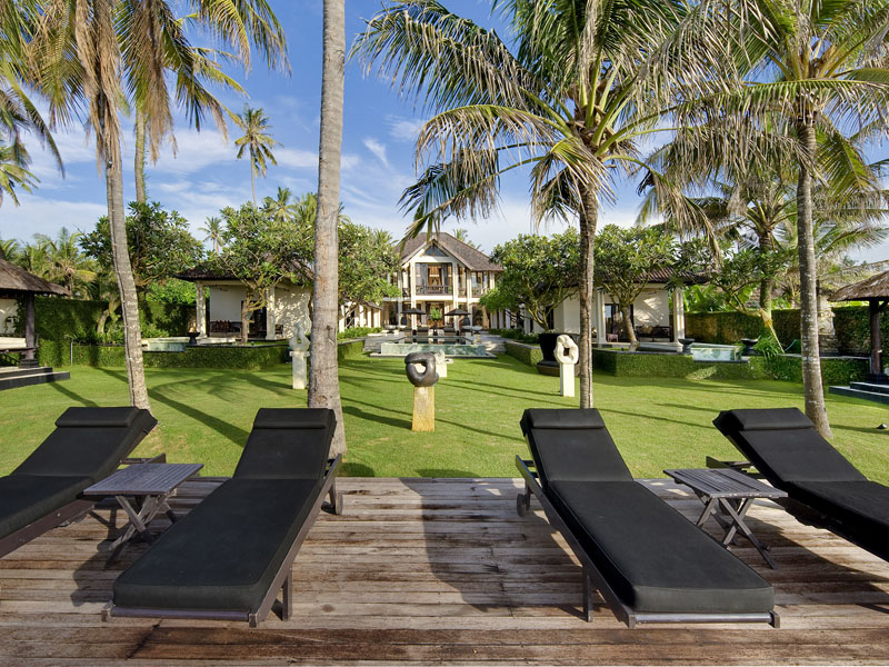villa-the-ylang-ylang-beach-chairs-stunning-villa