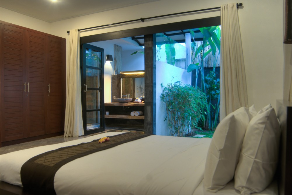 villa-senang-the-residence-seminyak-master-bedroom