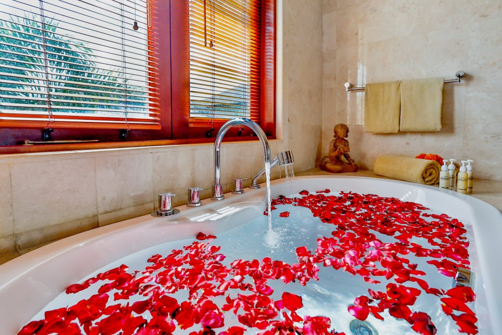 villa-shanti-the-residence-seminyak-bathtub
