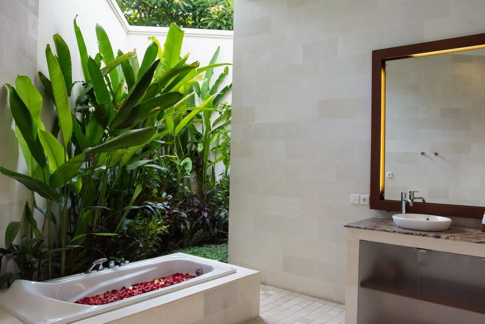 villa-suliac-bali-bathtub