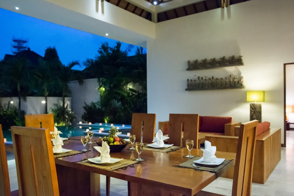 villa-suliac-bali-dining-table-pool-night